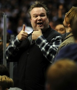 23-eric-stonestreet-modern-family-at-kings-canucks-game