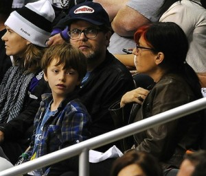 24-rainn-wilson-with-wife-Holiday-and-son-walter-game-4-kings-coyotes